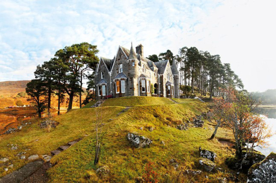 Scotland Tours and Trips Scotland, the northern part of the United Kingdom, boasts some of the best vacation packages. Discover the Scottish Highlands and the Hebrides, charming cities like Edinburgh or Glasgow and don't forget to taste the famous Scottish whisky.
